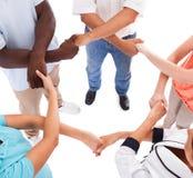 mains Multi-raciales se tenant Image libre de droits