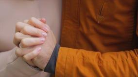 Mains neuf de fixation de ménages mariés Les jeunes couples dans l'amour marchant pendant l'automne garent tenir des mains Amants images stock