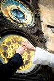 Mains neuf de marier sur le fond d'horloge Photographie stock libre de droits