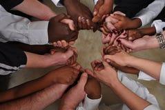 Mains noires et blanches Image stock