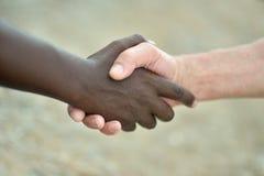 """""""Le langage des mains"""" Mains-noires-et-blanches-li%C3%A9es-55675903"""