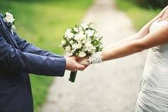 Mains nouvellement d'un couple d'épouser ensemble Image libre de droits