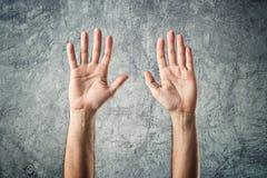 Mains ouvertes de Caucasien augmentées Images libres de droits