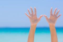 Mains ouvertes de femelle sur le fond de mer Photo stock