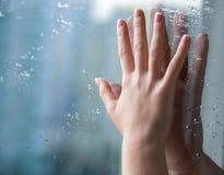 Mains par le verre Image libre de droits