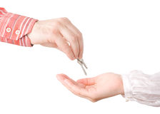 Mains passant des clés de maison photos libres de droits