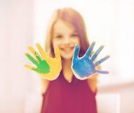 Mains peintes par apparence heureuse de fille Photo stock