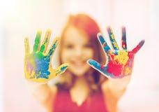 Mains peintes par apparence heureuse de fille Photographie stock