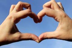 Mains pliées sous forme de coeur image libre de droits