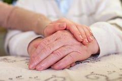 Mains pluses âgé et jeunes mains du ` s de soignant Photos stock