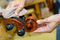 Mains polissant l'instrument de musique d'extrémité photos libres de droits