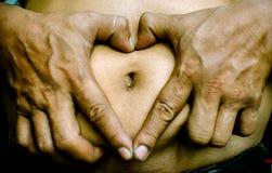 Mains pour l'amour texte debout de reste d'image de figurine de concept de COM bon Image stock