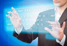 Mains poussant un bouton sur un écran tactile. photos libres de droits
