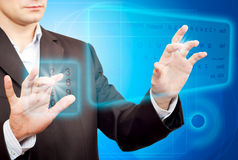 Mains poussant un bouton sur un écran tactile. Photo libre de droits