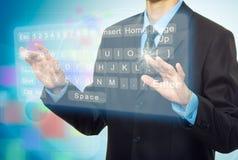 Mains poussant un bouton sur un écran tactile Photographie stock libre de droits