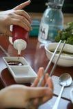 Mains préparant des sauces Image libre de droits