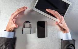 Mains professionnelles sûres protégeant des données pour la sécurité en ligne, au-dessus de la vue Images libres de droits