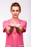 Mains prolongées d'une infirmière Images libres de droits