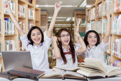Mains réussies d'augmenter d'écolières dans la bibliothèque Photos libres de droits