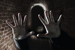 Mains rampantes de fantôme dans le souterrain effrayant foncé photographie stock