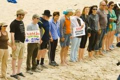 «Mains rassemblement à travers sable» Images libres de droits
