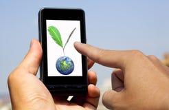 Mains retenant et touchant le téléphone Images stock