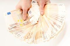 Mains retenant l'euro 5000 en billets de banque Image stock