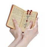 mains retenant la bible et priant avec un rosaire Image libre de droits