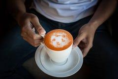 Mains retenant la cuvette de café Image libre de droits