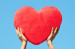 Mains retenant la forme de coeur image libre de droits