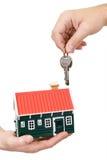 Mains retenant la maison et les clés photos libres de droits