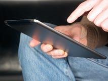 Mains retenant la tablette Images stock