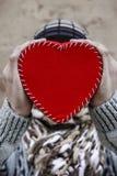 Mains retenant le coeur rouge Photographie stock
