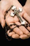 Mains retenant le rosaire. photo libre de droits