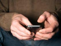 Mains retenant le smartphone Images libres de droits