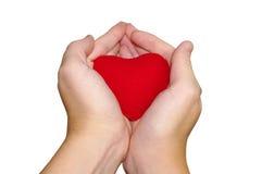 Mains retenant un coeur rouge Image stock