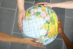 Mains retenant un globe Images stock
