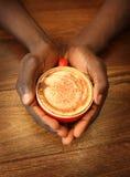 Mains retenant une cuvette de café Photographie stock libre de droits