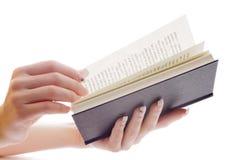 Mains retournant des pages de livre Photos libres de droits