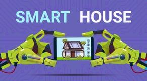 Mains robotiques tenant la Tablette de Digital avec la technologie futée d'interface de surveillance de Chambre du concept de dom Image stock