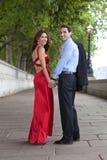 Mains romantiques de fixation de couples à Londres, Angleterre Photographie stock libre de droits