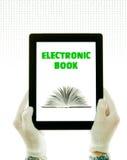 Mains s'usant les gants blancs retenant un PC de tablette images stock