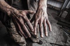 Mains sales d'homme Image libre de droits