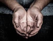 Mains salies des femmes agées images libres de droits