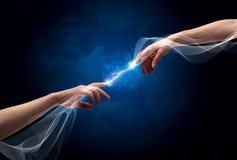Mains se reliant par des doigts dans l'espace Photographie stock