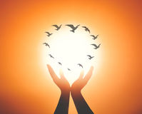 Mains spirituelles avec voler de beaucoup d'oiseaux Image stock