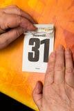 Mains supérieures avec calendrier le 31 décembre Images libres de droits