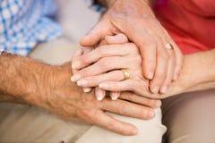 Mains supérieures de couples ensemble Images libres de droits