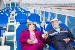 Mains supérieures de détente de prise de couples sur la plate-forme du bateau de croisière Photographie stock