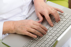 Mains sur l'ordinateur Photographie stock libre de droits